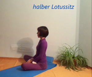 halber Lotussitz_Alina Kumaris_dhyana.at